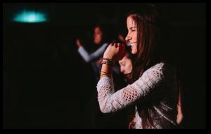 Jovencita cantando