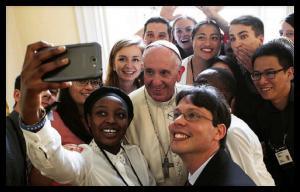 Papa con jóvenes