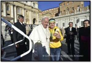 Papa con jóvenes españoles